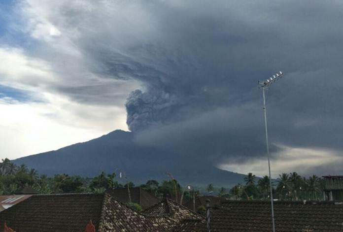 Gunung agung terus mengeluarkan lava