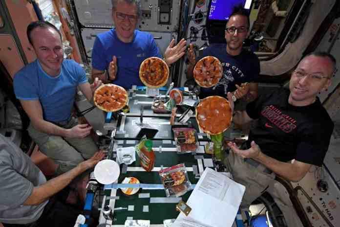 membuat pizza di luar angkasa