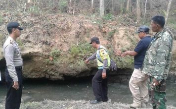 Tiga orang pencari ikan