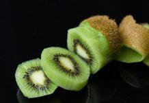 cara mengupas kiwi