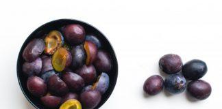 cara mengupas buah plum