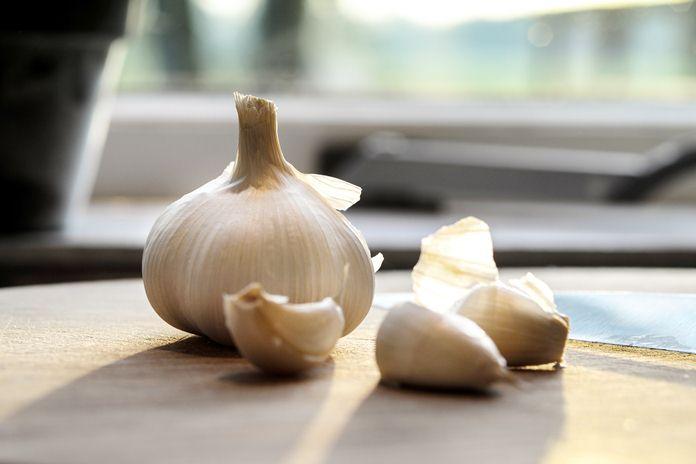 trik mengupas bawang putih dengan cepat