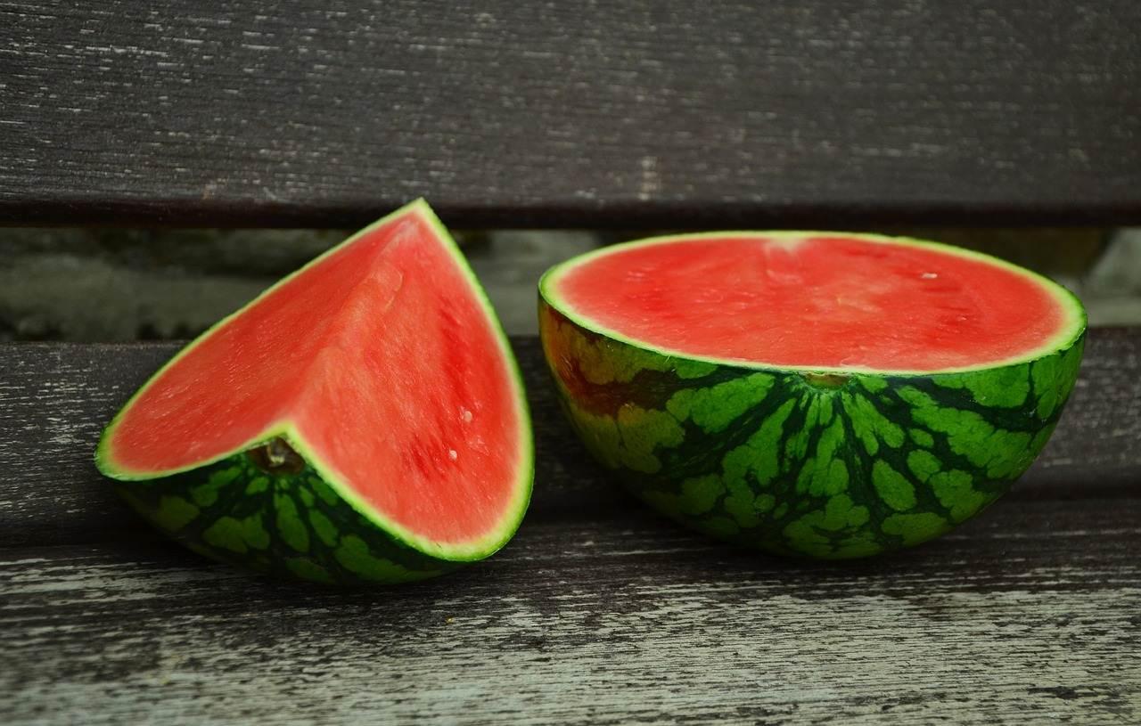 mengonsumsi buah semangka