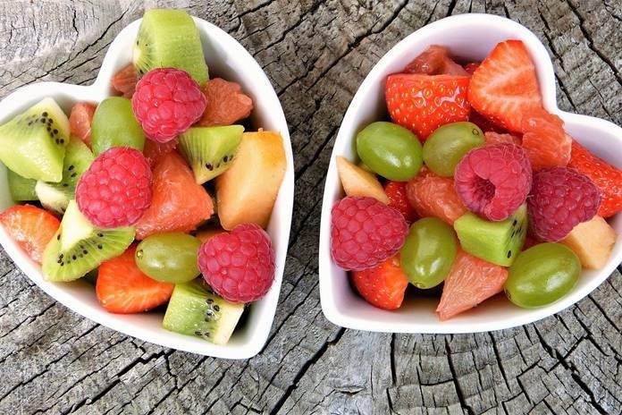 menikmati buah